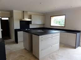 plan ilot cuisine plan de cuisine avec îlot en granit noir vaucluse avignon isle