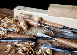 what is the difference between carving and whittling