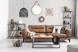ledernes sofa mit kissen und decke im eleganten wohnzimmer