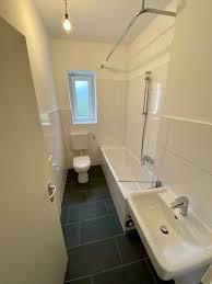 erstbezug nach renovierung neues bad schöner laminatboden und tapeten