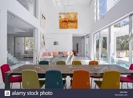 bunte stühle im esszimmer stühle am tisch in offenen