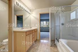 graue badezimmer interieur mit doppelwaschbecken waschbeckenunterschrank holz stockfoto und mehr bilder architektur