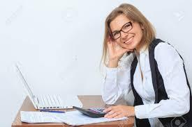 ennui au bureau ennuyer employé de bureau féminine assise à bureau et regarder