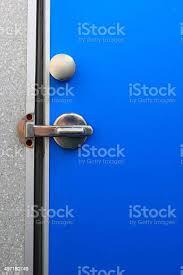 badezimmertür blau gesperrt der tür stockfoto und mehr bilder baugewerbe