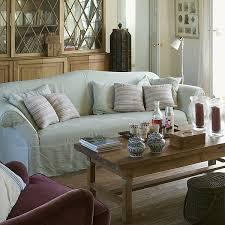 canapé frey sur la table basse devant le canapé flamant accessoires cfoc