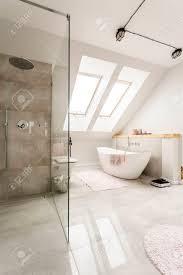 geräumige neue design dachgeschoss bad mit glas begehbare dusche bad und hochglanz fliesen