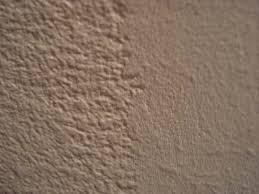 repeindre un faux plafond granuleux enduit par endroit 5