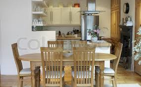 leere küche und esszimmer mit offenem stock bild