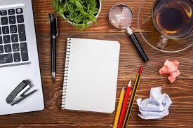 telecharger un bloc note pour le bureau table bureau avec pc papier froissé coupe fournitures stylo