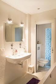 badezimmer mit weißen mosaikfliesen und bild kaufen