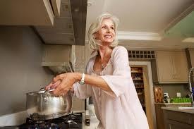 femmes plus cuisine une eau bouillante de sourire plus ancienne de femme sur le dessus