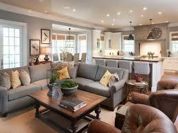 ein wohnzimmer in braun wirkt einladend und wohnlich