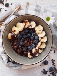 kakao porridge mit banane blaubeeren und schokosoße