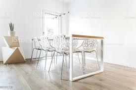 moderne skandinavische esszimmer mit holztisch geometrische formen designstühle und len stilvollen raum mit weißen wänden stockfoto und mehr bilder