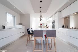 cuisine blanche ouverte sur salon cuisine blanche design armony daumesnil finition extrême blanc