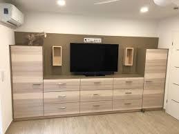 tv schrank in einem schlafzimmer mit schweser