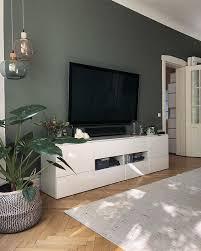 wohnzimmer fernseher vor grün gestrichener wand passend