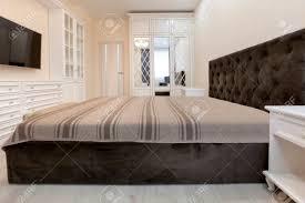 schlafzimmer in hellen farben mit holzmöbeln