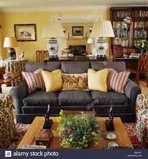 blasses gelb gestreiften kissen auf dunklen grauen sofa im