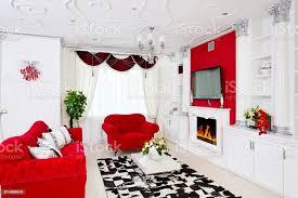 klassische rote wohnzimmer interieur mit kamin roten möbeln und schönen blumen stockfoto und mehr bilder abstrakt