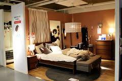 ein warm beleuchtetes schlafzimmer in einem ikea speicher in