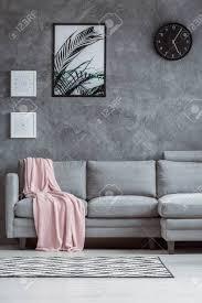 zeitgenössisches gemütliches wohnzimmer mit konkreter strukturierter wand grauer und rosa pastelldecke