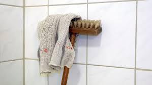 dreck oder schimmel schwarze badezimmerfugen loswerden n