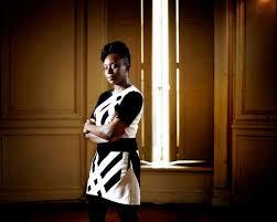Une Femme Afro Américaine En Lisant Le Journal J Ai Plus Appris En Observant Les Femmes Sur Les Marchés Qu En
