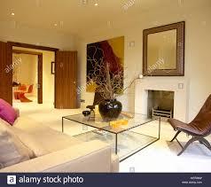 wohnzimmer mit offenen türen sitzecke mit glas couchtisch