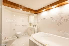 badezimmer mit weißen fliesen und holzdecke stockfoto und mehr bilder architektur