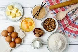 backen kuchen in ländlichen küche teig rezept zutaten eier mehl milch butter zucker auf weißen holztisch oben