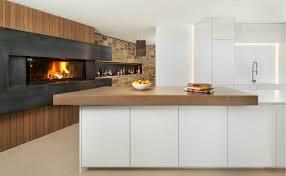 weiße kochinsel in einer großzügigen wohnküche mit