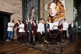chefkoch bobby bräuer und sein team im esszimmer in der bmw