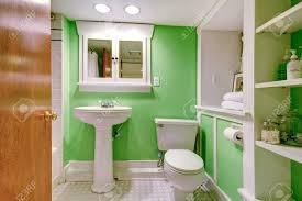 badezimmer innen grüne wand mischung perfeclty mit weißen schrank und weißen waschbecken stehen mit wc