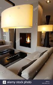wohnzimmer mit modernem design und kamin stockfotografie alamy