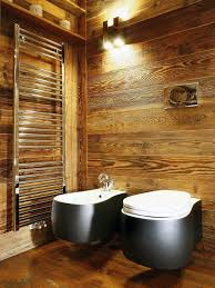 bad aus holz fussboden wand rustikal toilette bidet schwarz