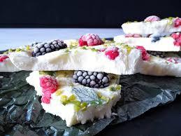 frozen yoghurt bark low carb mit pistazie honig und beeren
