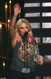 Miranda Lambert Bathroom Sink 2015 Cma Awards by Cma Awards 2015 Sees Miranda Lambert And Chris Stapleton Win