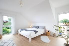 lichtdurchflutetes schlafzimmer mit holzboden fischerhaus