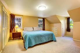brown et intérieur bleu de salle de bains avec la moquette photo