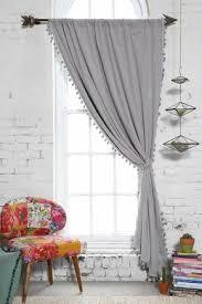 dekorieren wohnung modern grau vorhang bommelband bunt stuhl