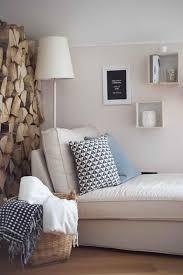 gemptliche leseecke im wohnzimmer mit dekorativem kaminholz