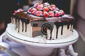 fototapete schokoladen ganache und vanille buttercreme kuchen mit erdbeeren