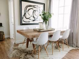 kuhfell teppich unter massivholz esstisch weiße stühle