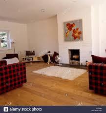 einfache kamin im wohnzimmer mit fernseher in der ecke