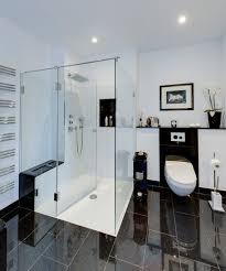 großes bad mit badewanne großer dusche und zwei