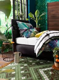 exotisches flair fürs schlafzimmer zaubert der grüne teppich