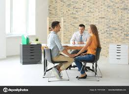 bureau du logement courtier immobilier et les clients discuter de l achat du logement