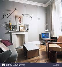 wohnzimmer graue wände holzböden kamin weiße vorhänge