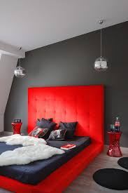 dramatisch gestaltetes schlafzimmer bild kaufen
